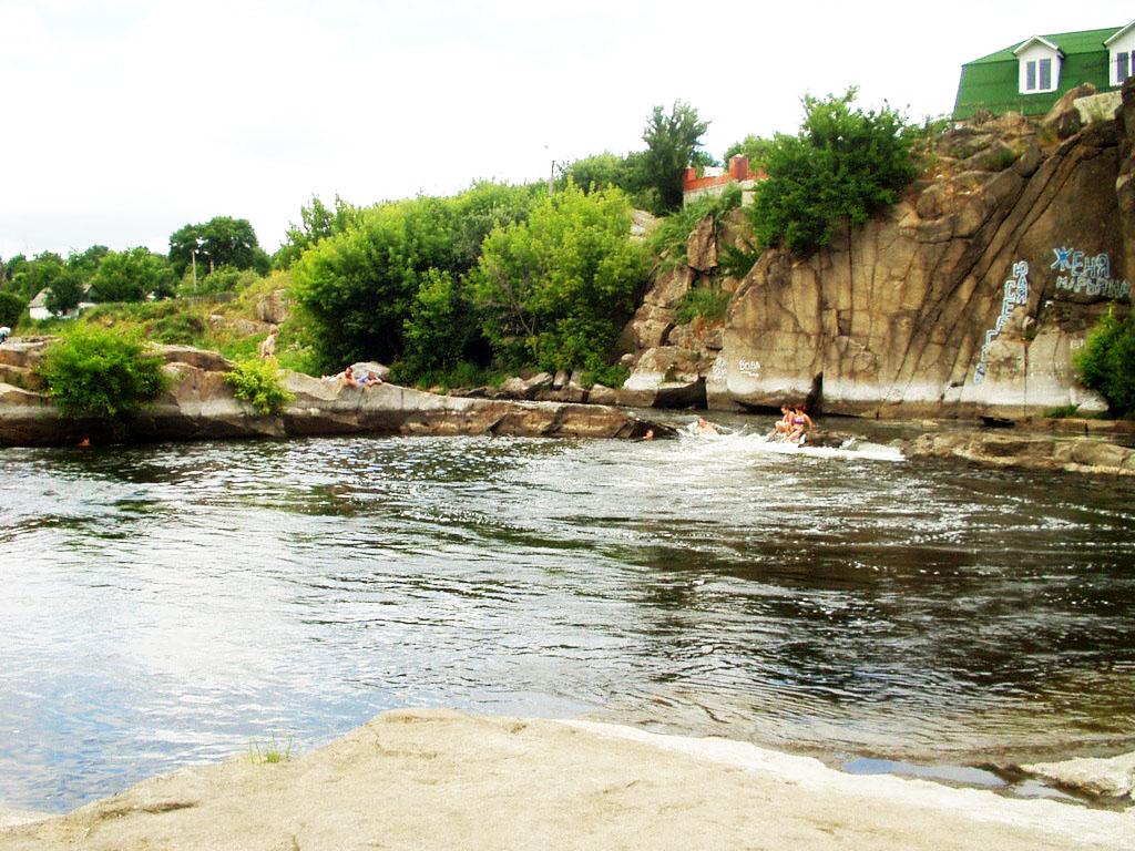 Река, камни и небольшой кусочек цивилизации — идеально для отдыха на двоих