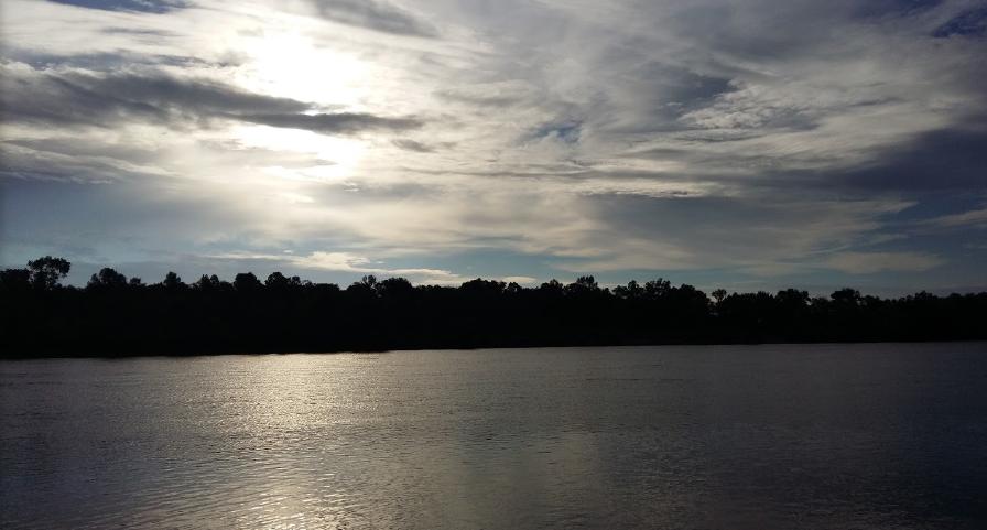 Благодаря особенностям ландшафта (преимущественно равнина) небо здесь кристально чистое