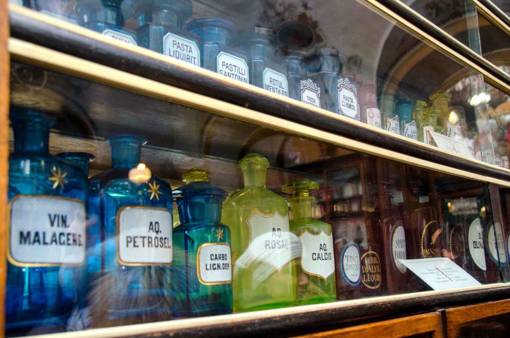 Экспозиция витрины в торговом зале Аптеки-музее.