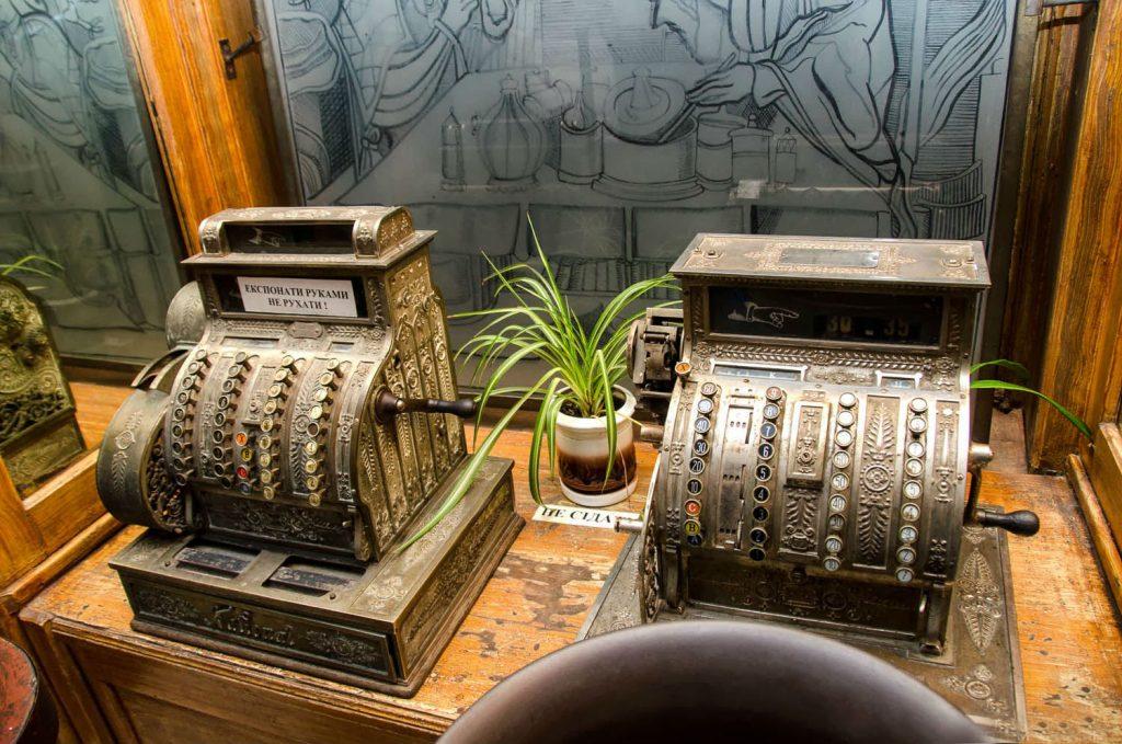Експозиція торгового залу в Аптеці-музеї «Під чорним орлом». Стародавній касовий апарат.