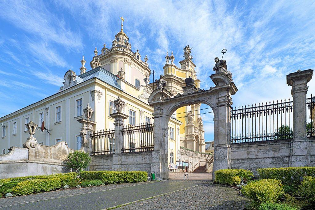 Собор Святого Юра на площі Св. Юра, 5. Архітектурний стиль бароко-рококо.
