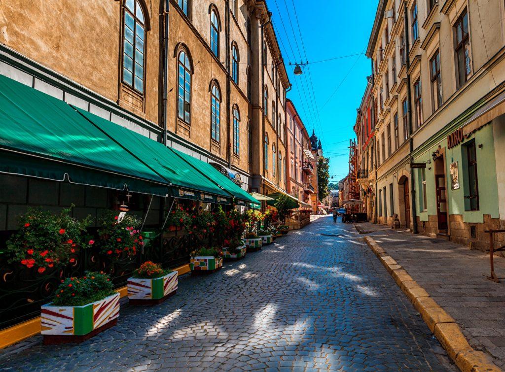 Романтична вуличка – проїзд Крива Липа (Пасаж Гаусмана) в Галицькому районі Львова, вимощена бруківкою.