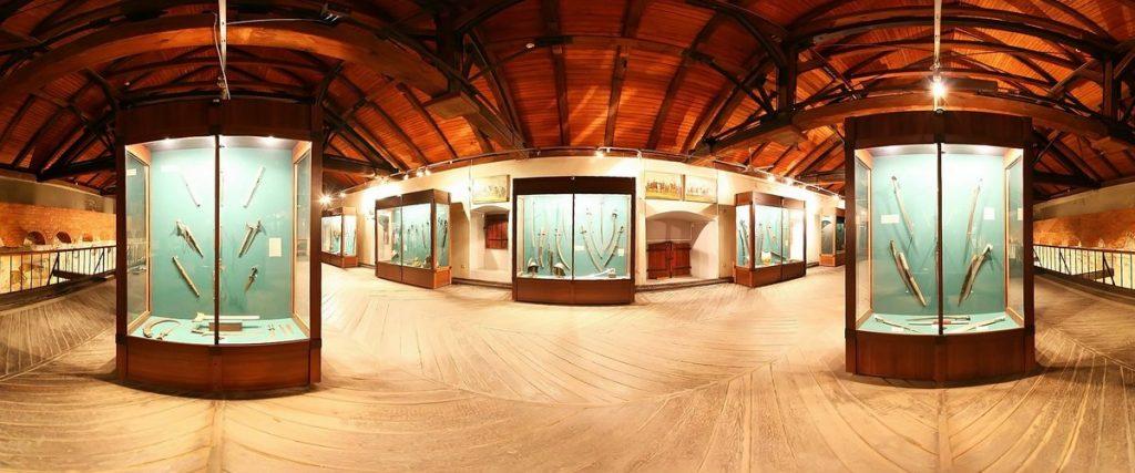 Музей оружия «Арсенал» во Львове. Среди экспонатов преимущественно холодное оружие.