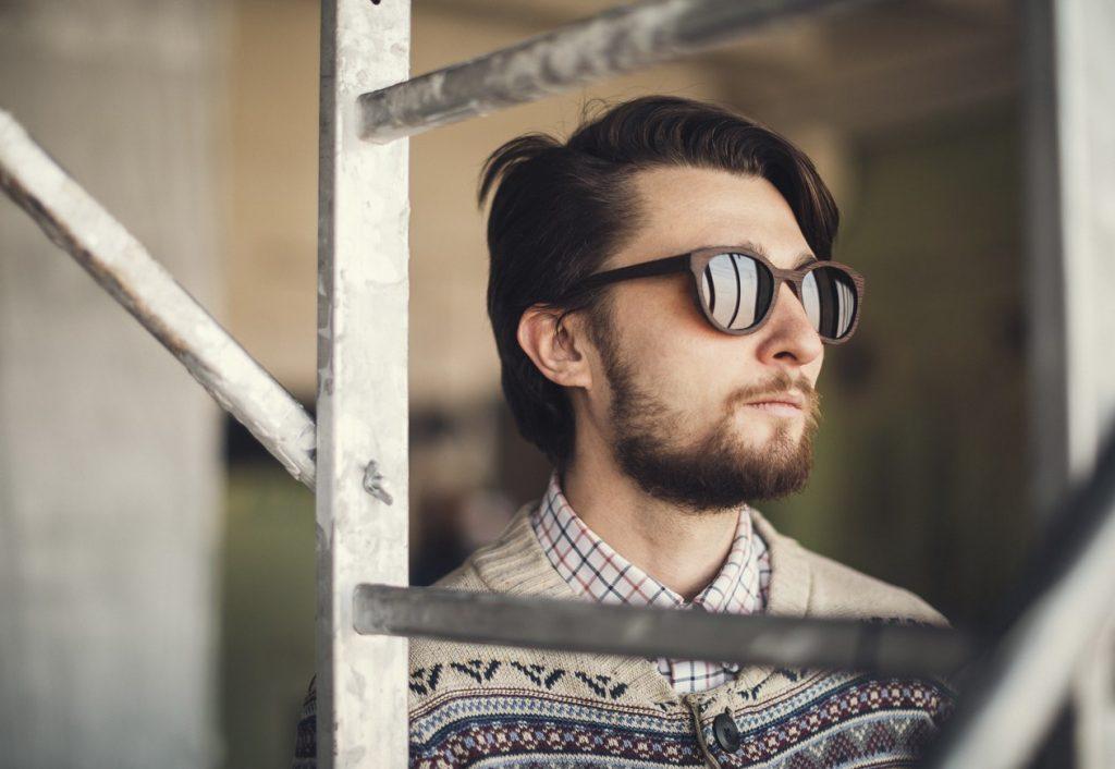 Если хочется чего-то нового и оригинального, не стесняйтесь выбрать солнцезащитные очки с деревянной оправой.