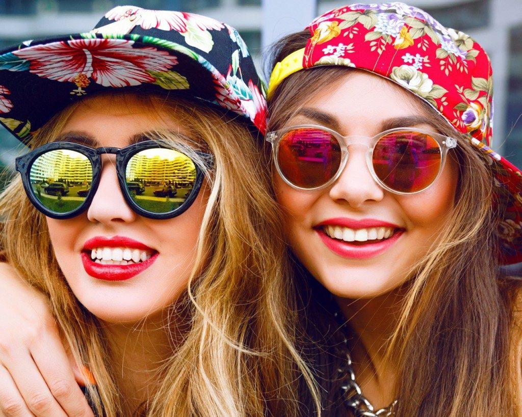 Очки служат не только стильным аксессуаром, но и защитой глаз от ультрафиолета.