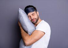 Обнимает подушку