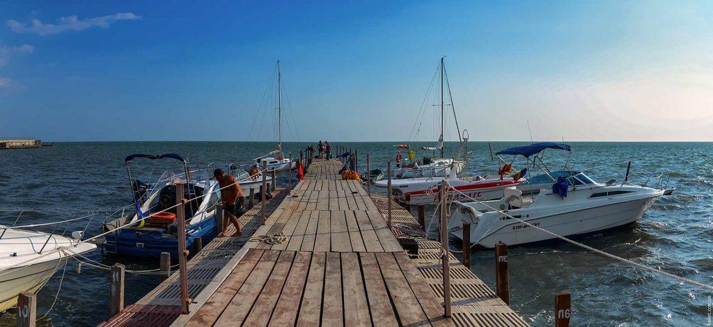 Причал с яхтами у порта