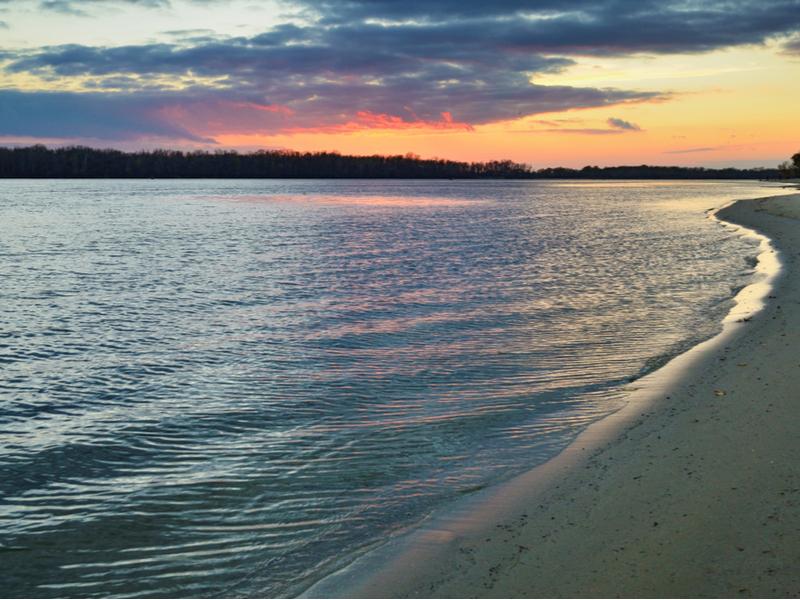 Пляж на Галерном заливе в Киеве
