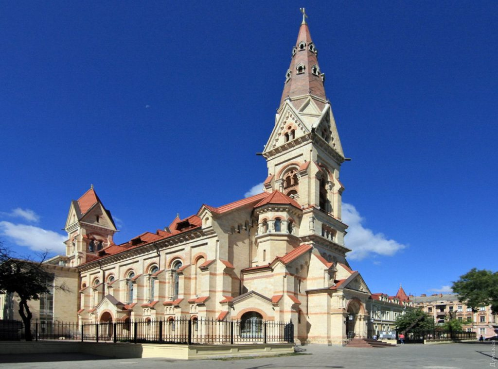 Лютеранская Кирха деловито возвышается над городом.