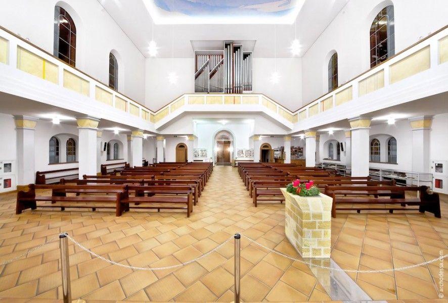Внутреннее убранство Лютеранской Кирхи в Одессе — исключительно светлые тона.