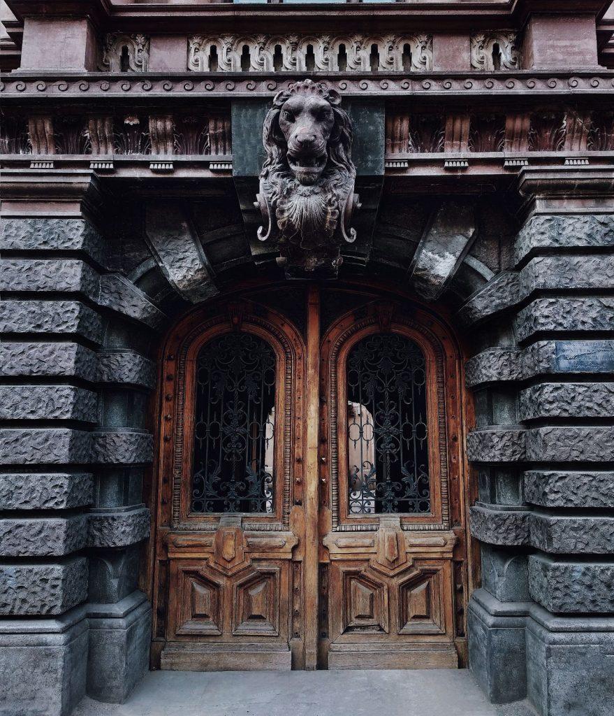 Резная дверь Дворца Толстых приглашает заглянуть внутрь...