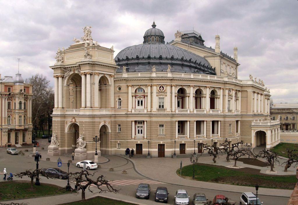 Одесский оперный театр не менее выразителен снаружи, чем внутри.