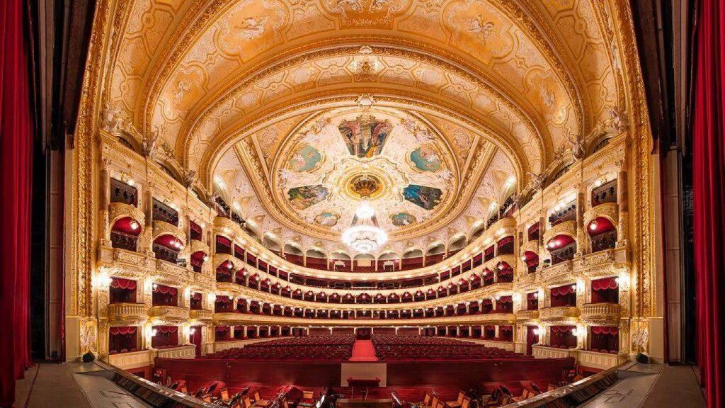 Красный бархат сидений в Одесском Оперном театре переливается с позолотой на дереве.