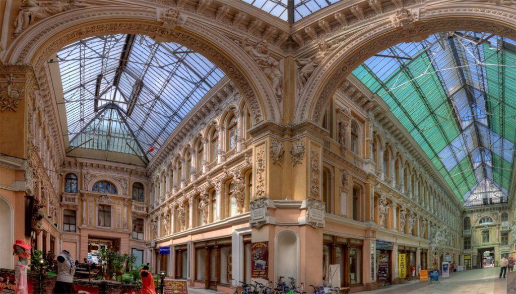 Одесский Пассаж — огромный крытый рынок.