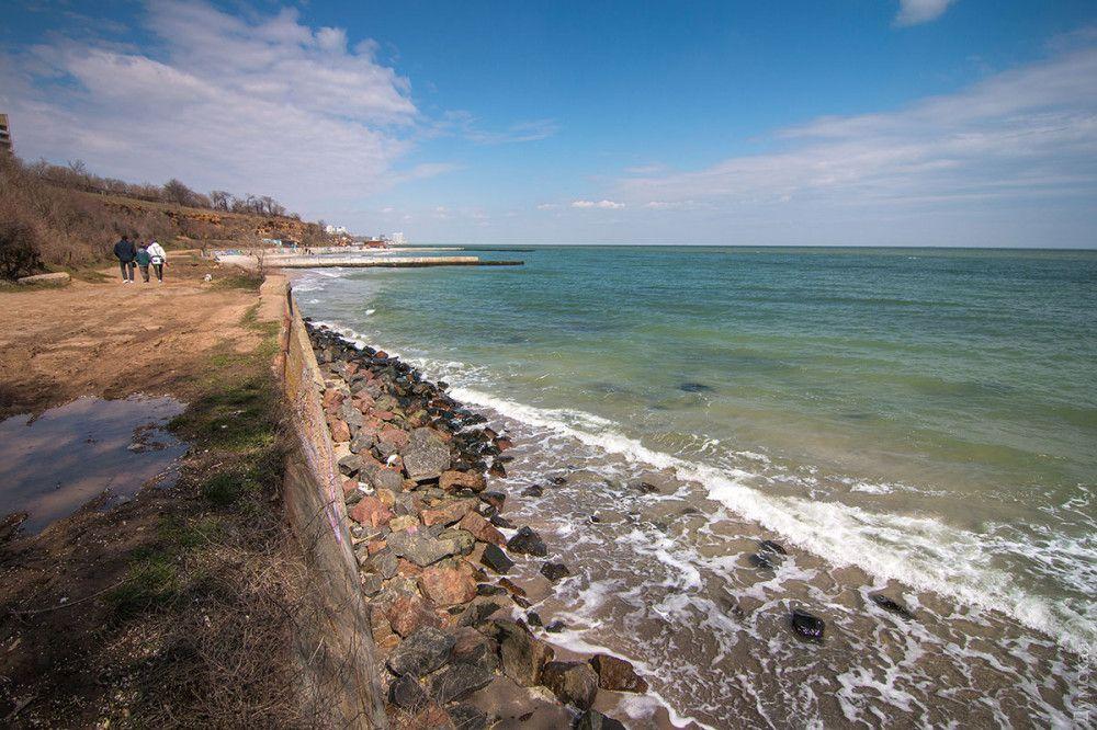 Береговая линия не всегда песчаная, здесь есть место и для красивых фотоснимков на камнях.