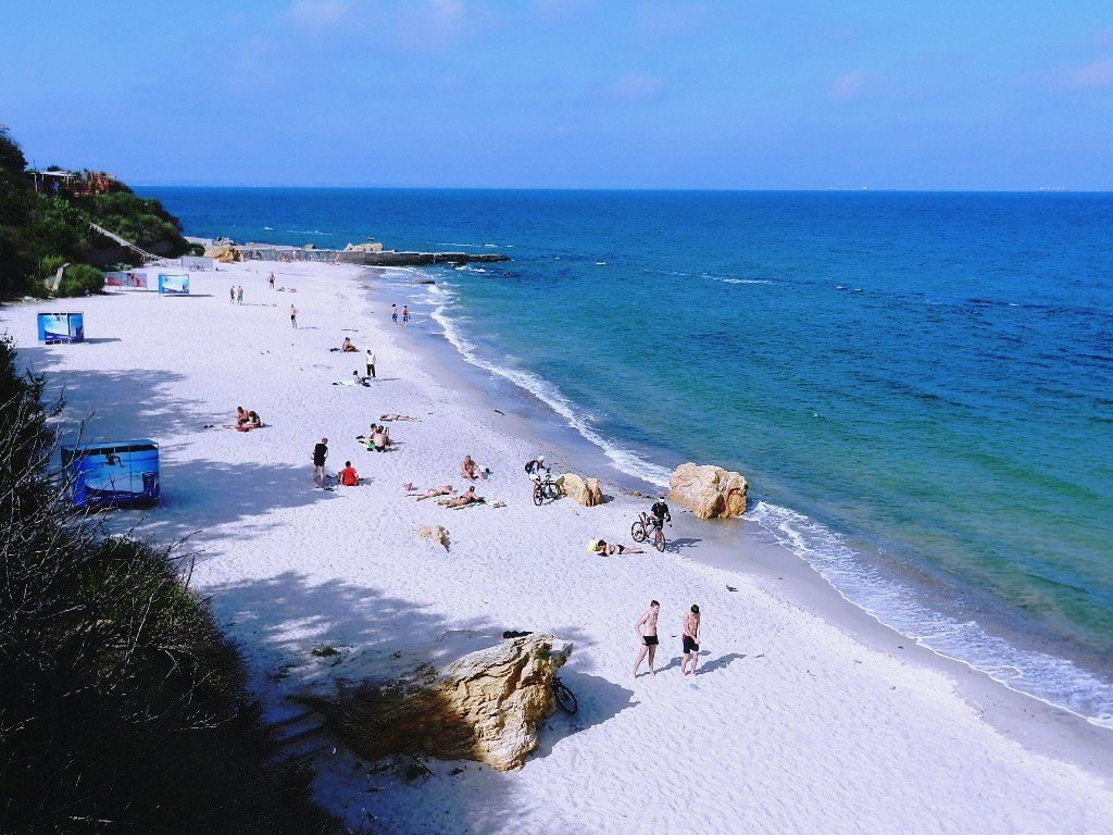 Булыжники только придают пляжу особой изюминки.