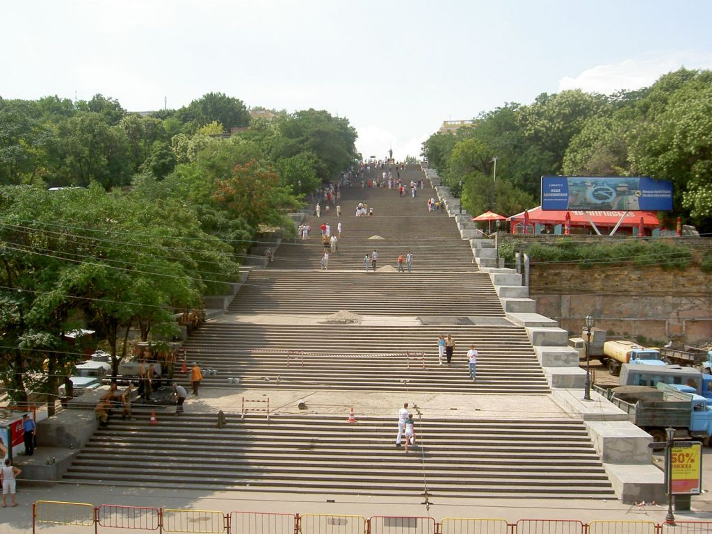 Потемкинская лестница, Одесса. Если трижды быстро взбежать вверх и вниз можно потерять 5 кг.