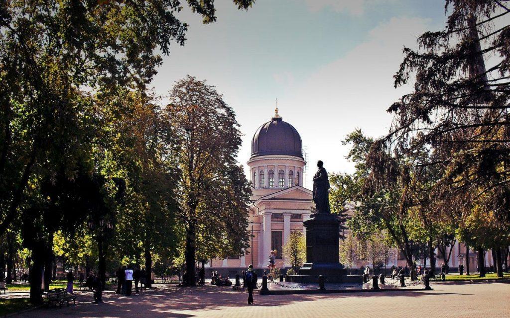 Прогуляться по Соборной Площади в Одессе это обязательный чек-пункт.