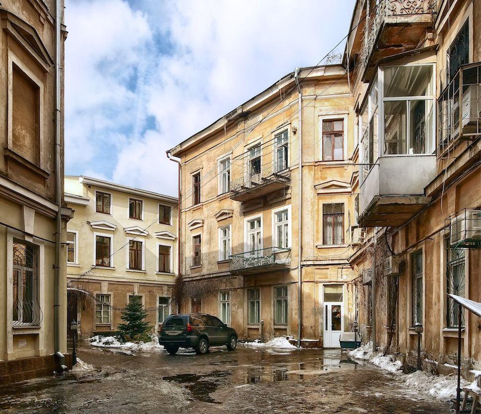 Кусочек обыденной Одессы — задний двор дома-стены, полувид на служебный вход.