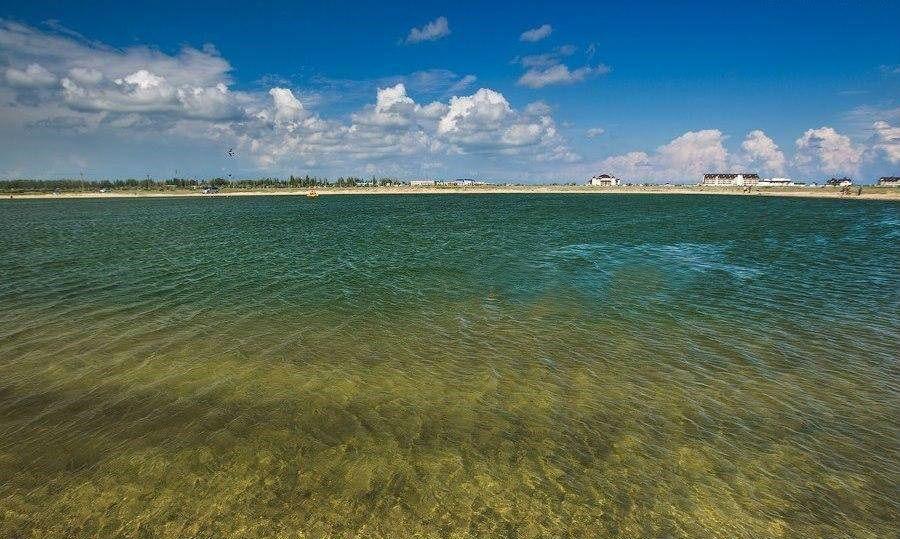 Солоне озеро на Арабатській стрілці порівнюють з Мертвим морем за рахунок високої концентрації солі у воді.