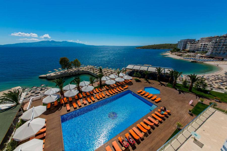 Вид с отеля Saranda Palace 4* в Саранде с собственным частным пляжем.
