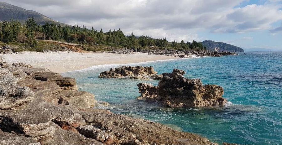 Чуть дальше от города Влера, в районе Дерми – полоса скалистых пляжей с красивейшими природными ландшафтами.