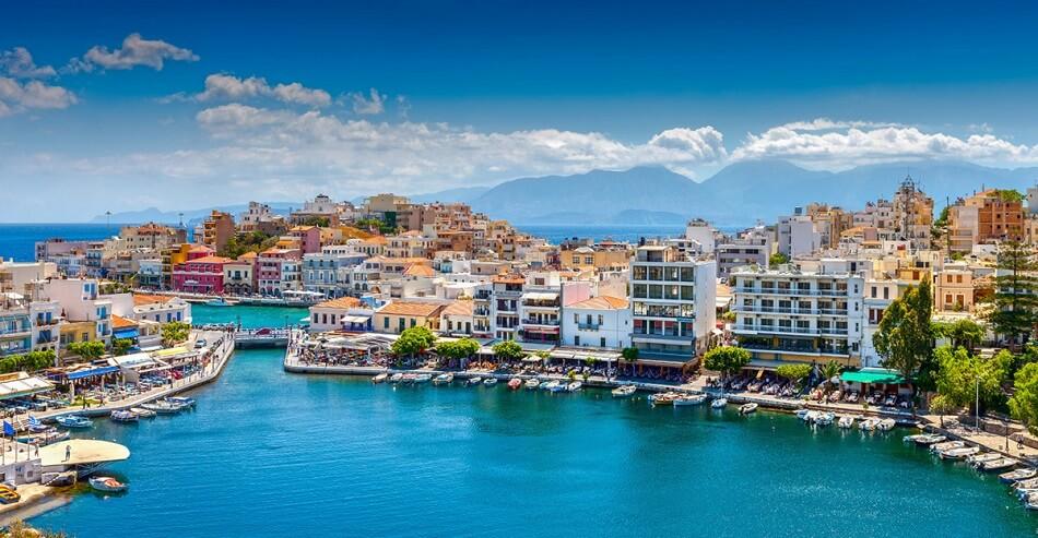 Агиос Николаос или город Святого Николая прославился на острове Крит как местный Сен-Тропе. Вид на Залив Мирабелло. Воздух в августе до +35 градусов, вода – +25.