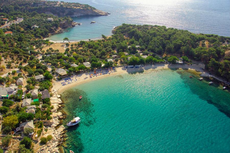 Остров Тасос в северной части Эгейского моря. Мраморные камешки кроме песчаных пляжей, чистое море, горы, местные рыбацкие деревушки, живописнейшая природа – к Татосу просыпается любовь с первого взгляда.