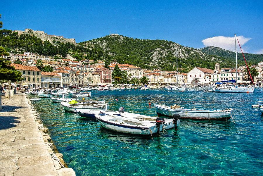 Остров Хвар – самый солнечный уголок Хорватии, потому что здесь практически никогда не бывает пасмурной погоды. Из 365 дней – 349 солнечных. Что посмотреть: необычайной красоты песчаную бухту Милна, город Елса, термальные источники на полуострове Главица, богатые виноградники и лавандовые поля, исторические достопримечательности.
