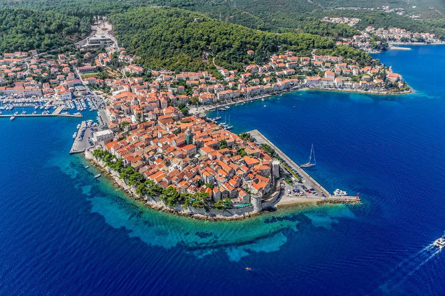 Корчула – один из самых масштабных и богатых культурным наследием островов в Хорватии, с наиболее благоприятными климатическими условиями для дайвинга и серфинга.