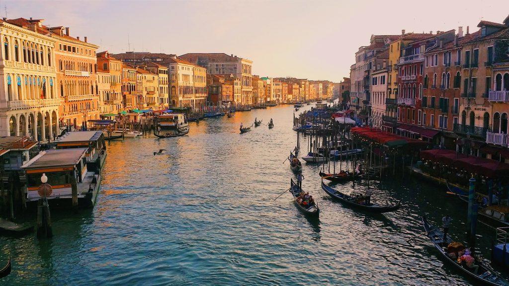 Венеция или скорее Венецианская лагуна Адриатического моря – удивительный город на воде, в котором более 400 мостов, 150 каналов и 118 острова.