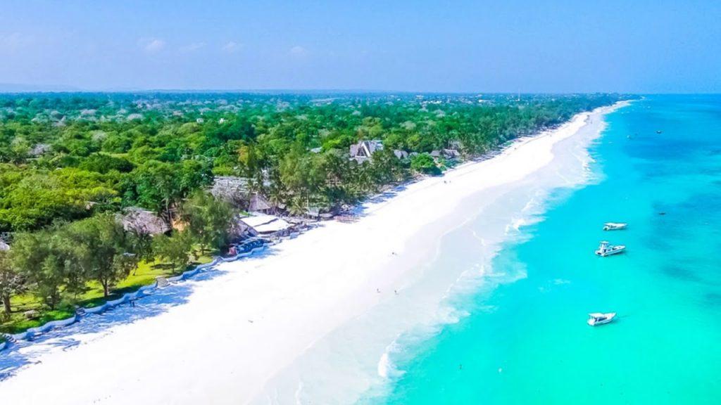Диани-бич – очень популярный пляж, длинный, песчаный, во многих местах дно каменистое, в период сильных отливов и приливов берег устлан водорослями.