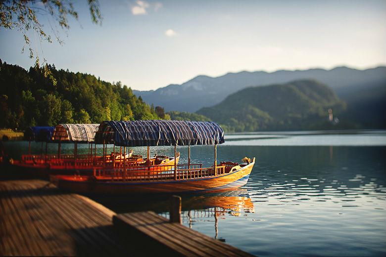 Озеро Блед называют изумрудным благодаря бирюзово-зеленому цвету воды. Оно наполняется теплыми горными источниками и полностью обновляется трижды в год.