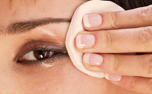 Снятие нарощенных ресниц маслом