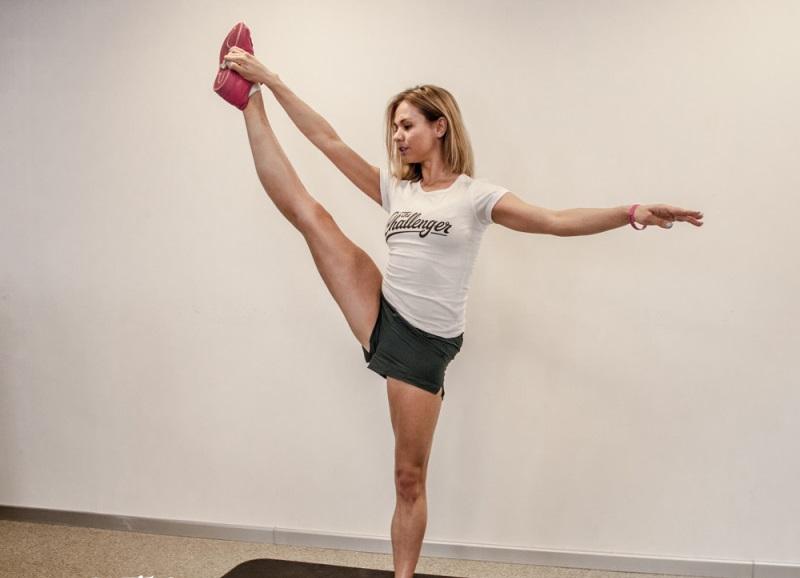 Упражнения на растяжку №3: стоя на одной ноге