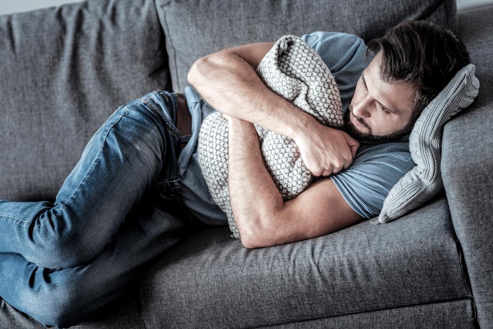Плаксивость и обнимашки с подушкой – это не про мужскую депрессию. Ей больше свойственны такие признаки как необоснованная агрессия, злоупотребление алкоголем и чрезмерное погружение в работу.