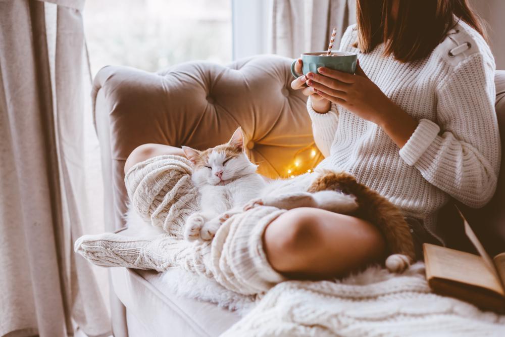 Чтобы легче пережить осеннюю депрессию, которая случается на фоне перестройки нейротрансмиттеров, окружите себя теплой и уютной  до мелочей обстановкой.