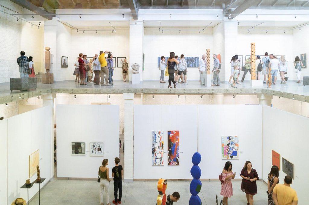 Экспозиция картин в музее современного украинского искусства в Луцке