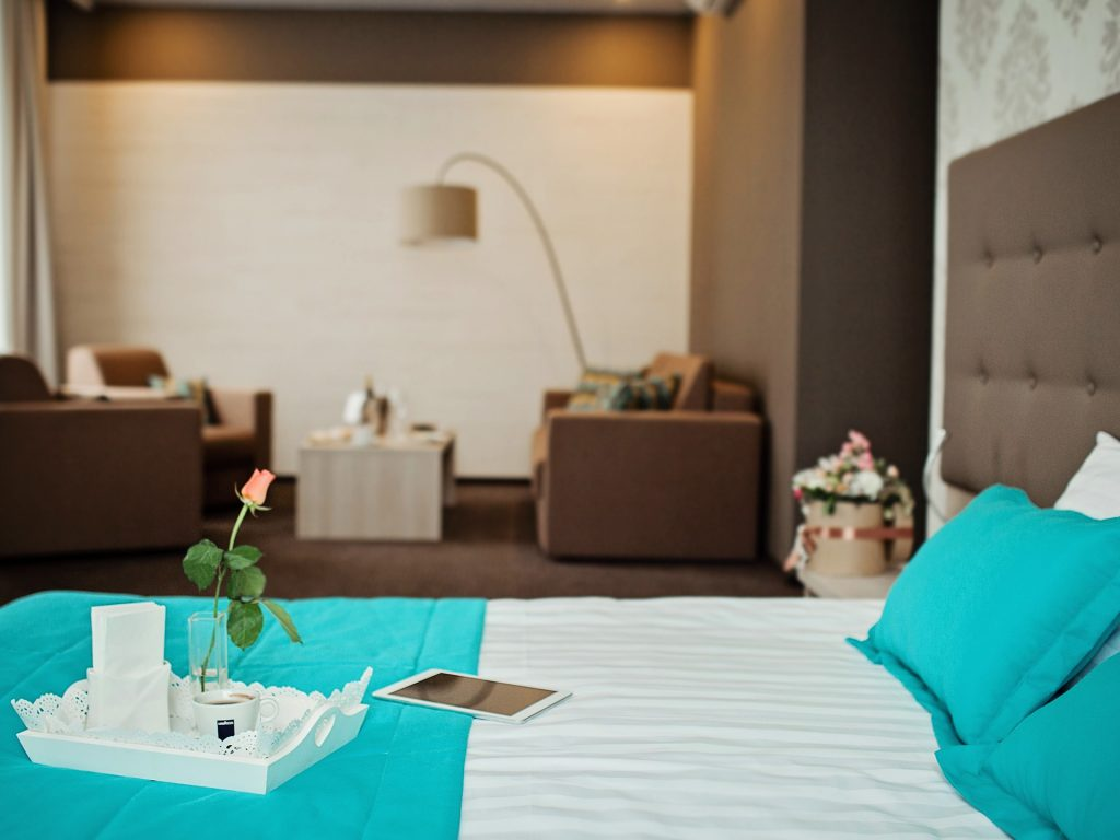 Номер в отеле «Versailles», кровать крупным планом