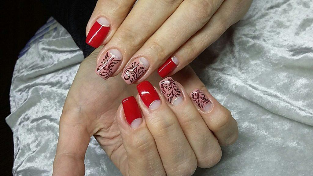 Красный keyysq маникюр в сочетании с карамельным лаком