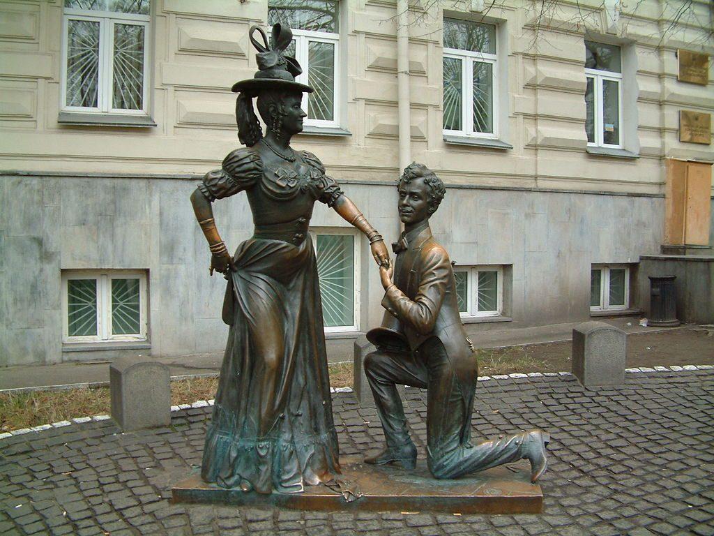 Памятник изображает Голохвастова на коленях перед Проней Прокоповной