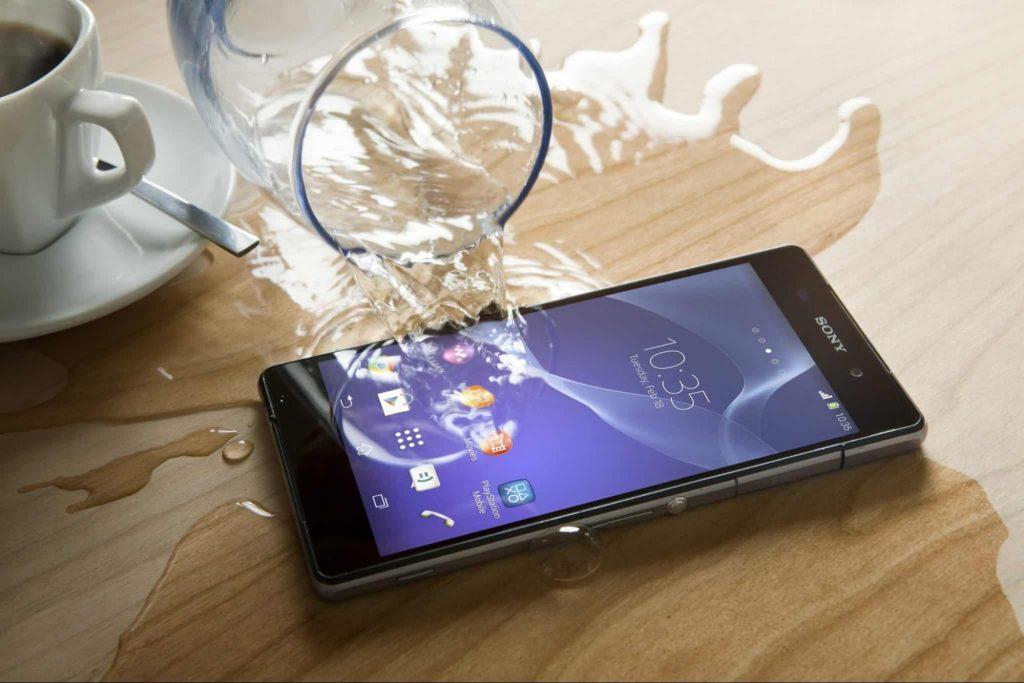 Прежде, чем ставить телефон на зарядку, убедитесь, что в нем нет воды