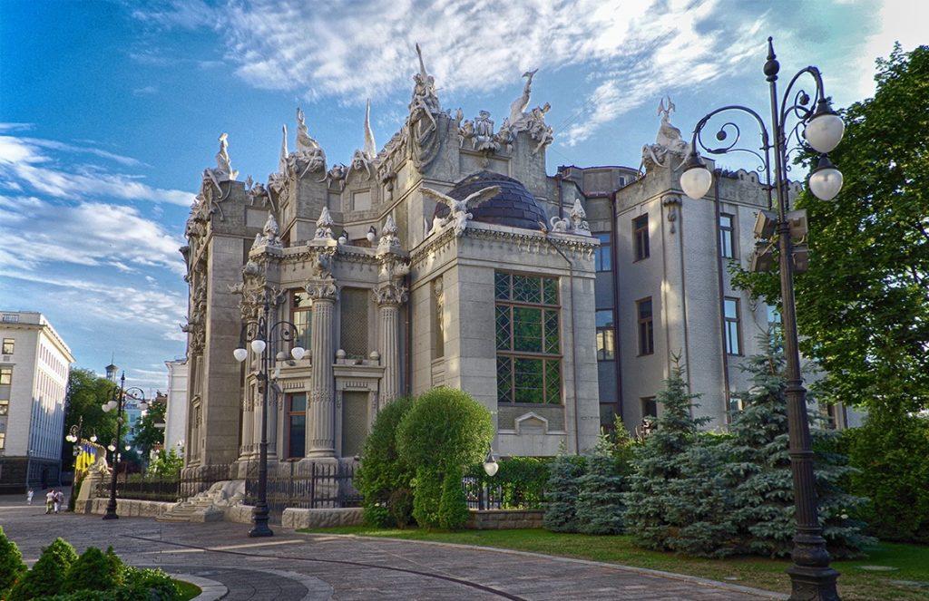 Вид на «Дом с химерами»