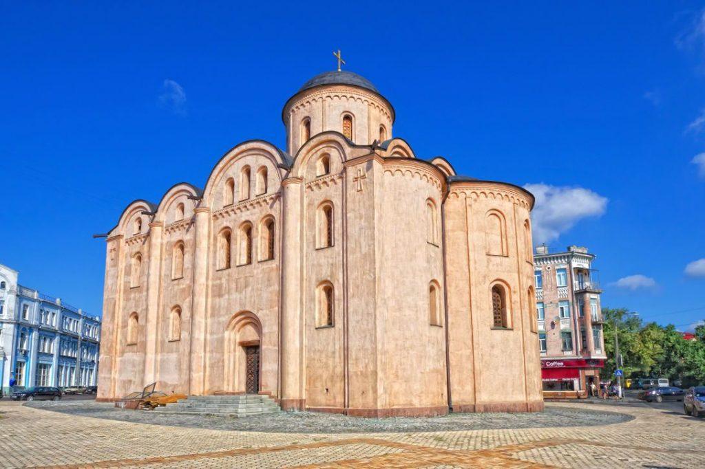Фасад церкви Успения Богородицы Пирогощи