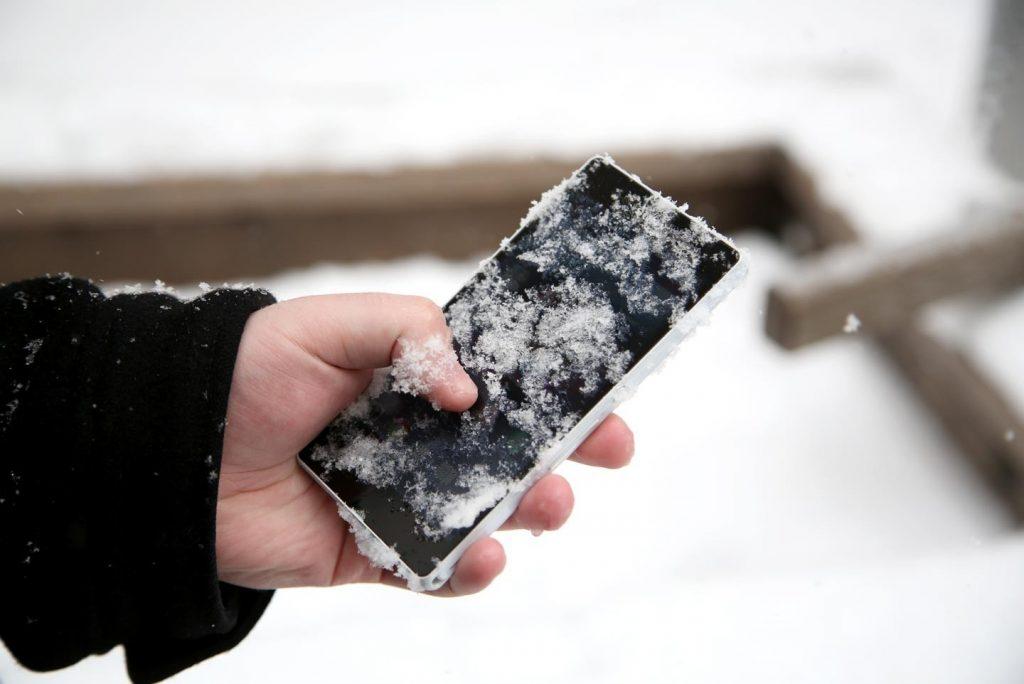 Причиной быстрой разрядки телефона может быть переохлаждение