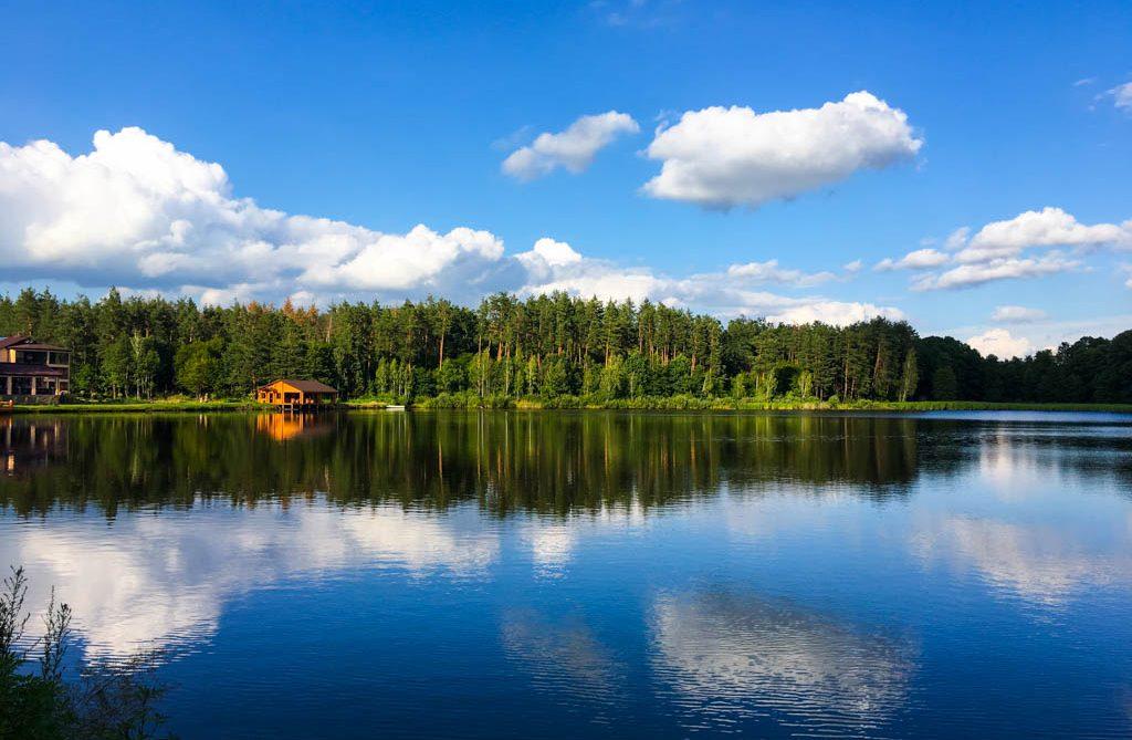 Озеро возле отеля «Чаривне озеро»
