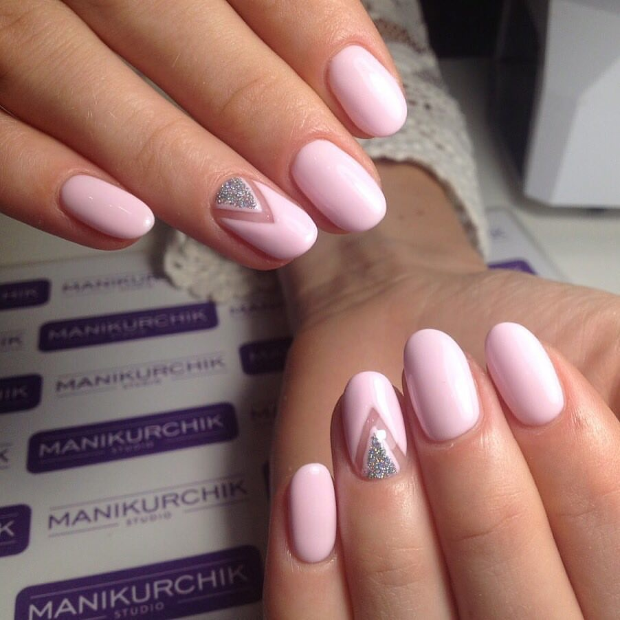 Нежный розовый маникюр с лункой в виде треугольника и negative space на безымянном ногте