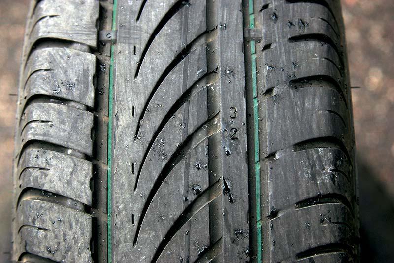 Определить уровень износа можно по специальным индикаторам на шине.