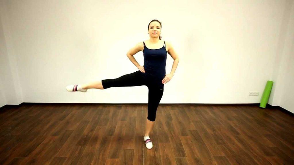 Упражнение для шпагата №10: махи ногами