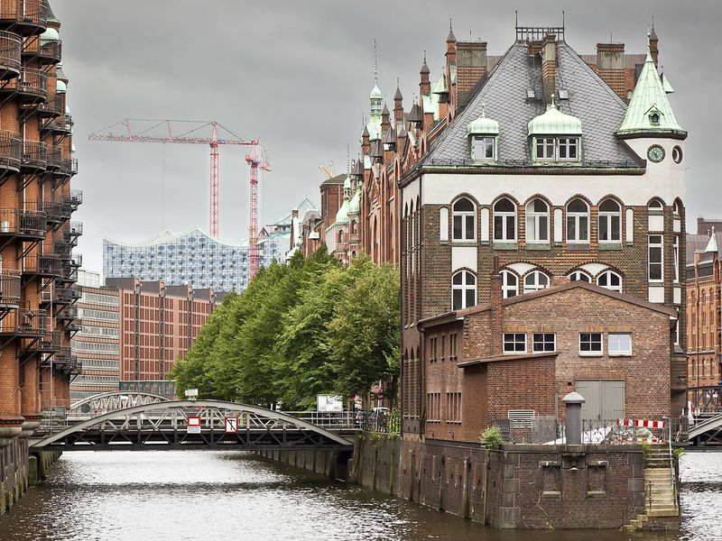 Шпайхерштадте – найбільший в світі район складів, розташований в порту міста. Всі будівлі зведені на дерев'яних фундаментах.